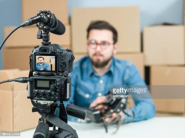 Erwachsenen einen Mann Videoaufnahme Unboxing Kamera für Video-Blogging