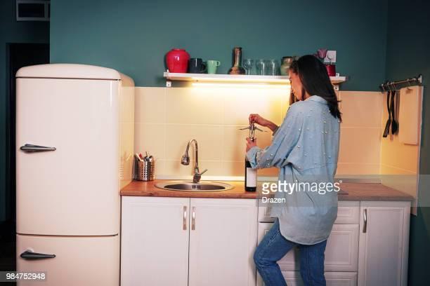 自宅に大人の女性が赤ワインを飲む