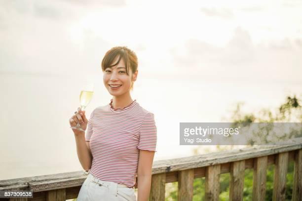 グアムのリゾートホテルでワインを飲む大人の女性