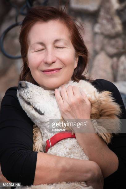 Volwassen vrouw genieten van tijd met hond