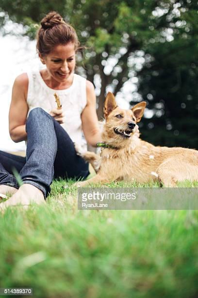 Femme adulte passer du temps avec chien