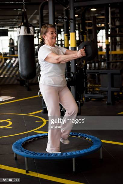 Vuxen kvinna tränar på gymmet