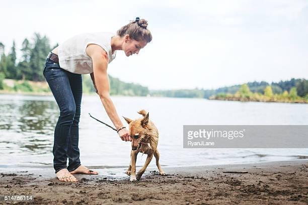 Adulto mulher Jogando com cão Pet obter