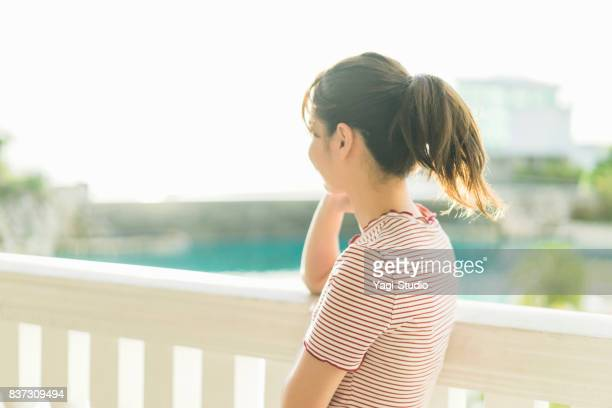 グアムのホテルのバルコニーでリラックスしている大人の女性