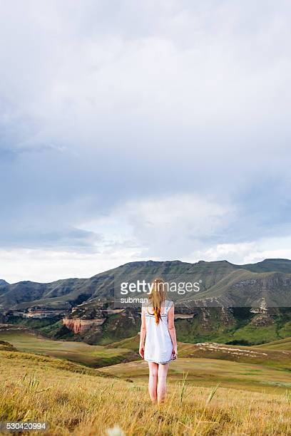 Adulte femme seule dans la campagne