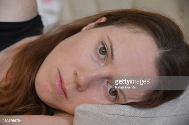 adult woman waking up - rafael ben ari - fotografias e filmes do acervo