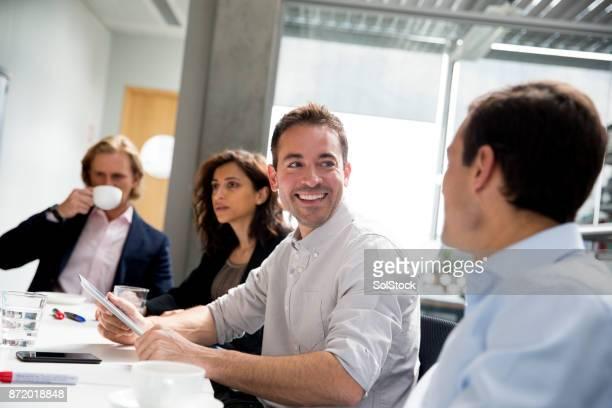adultos, em uma reunião de negócios com os colegas de trabalho - inteligência - fotografias e filmes do acervo