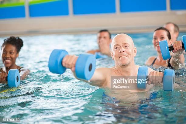 Adulti facendo una classe di aerobica in