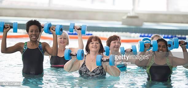 Erwachsene ein Wasser-Fitness-Kurse