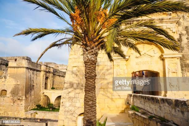 advanced gate of vittoriosa, malta - dafos stock photos and pictures