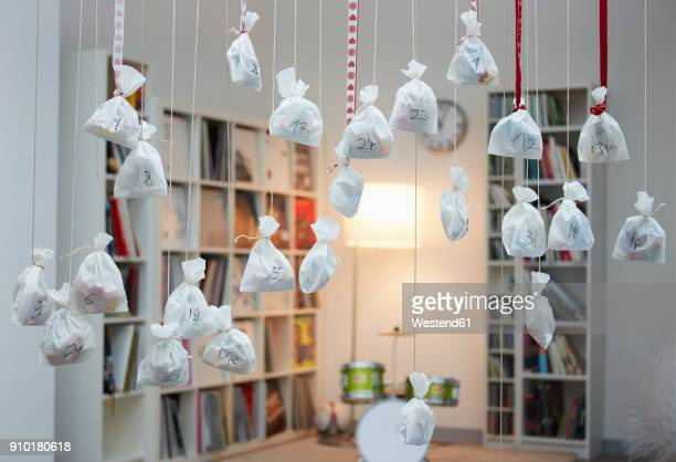 advent calender with satchets hanging from strings - advent stock-fotos und bilder