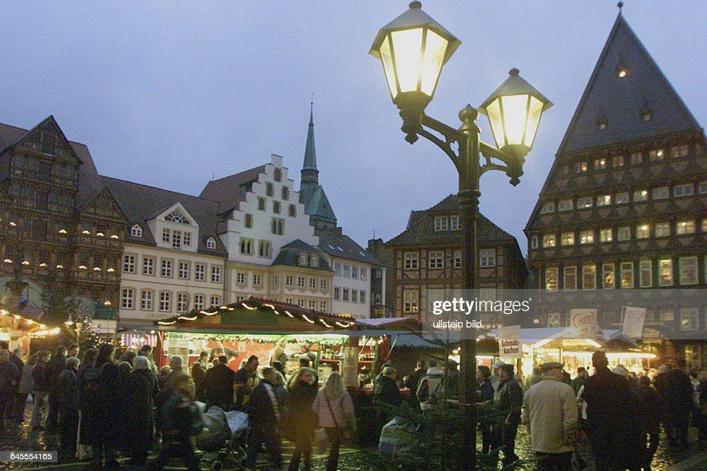 1 Advent Weihnachtsmarkt.1 Advent Weihnachtsmarkt In Hildesheim Am Rathaus Im Hintergrund