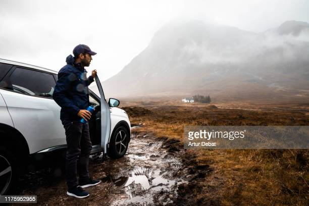 adventure off road with car in the scottish highlands with rain. - リアルライフ ストックフォトと画像