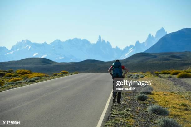 aventura en la carretera - aguja chapitel fotografías e imágenes de stock