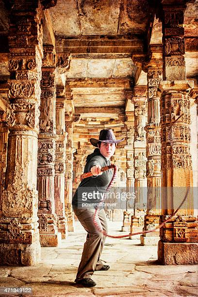 latiguillo aventurero resquebrajamiento en antiguas ruinas - azotes fotografías e imágenes de stock
