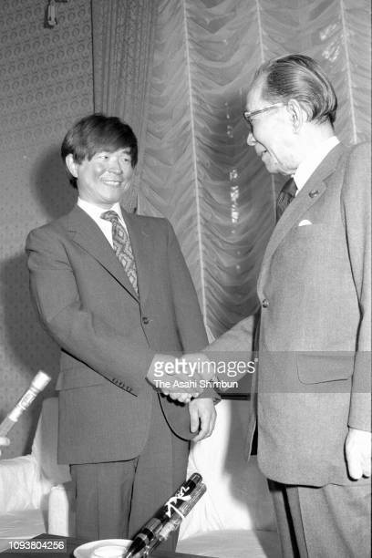 Adventurer Naomi Uemura shakes hands with Prime Minister Takeo Miki during their meeting at the prime minister's official residence on May 18 1976 in...