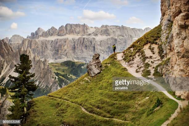avonturen van een man die wandelen op de berg - bergketen stockfoto's en -beelden