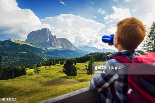 Aventures sur les Dolomites: eau potable garçon
