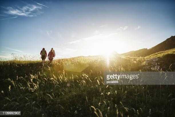 ドロミテの冒険: 女性ハイキングのグループ - トレンティーノ ストックフォトと画像