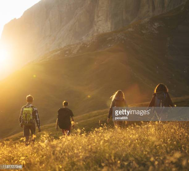 ドロミテの冒険: ティーンエイジャーハイキング - トレンティーノ ストックフォトと画像