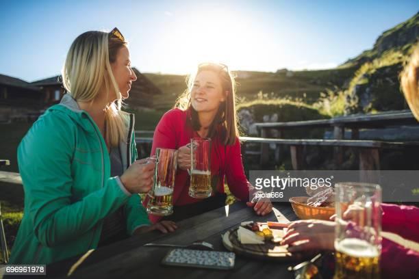 Abenteuer am Berg: Gruppe von Frauen zusammen
