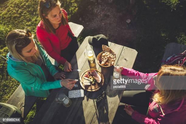 山での冒険: 一緒に女性のグループ