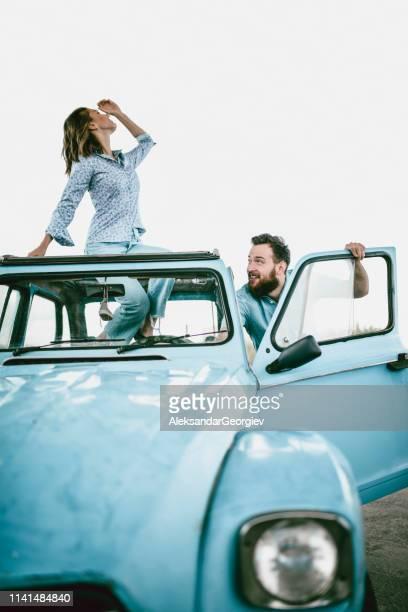Abenteuerliches Paar Spaß im Vintage Cabriolet Car