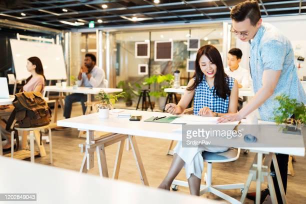 経験豊富な同僚からのアドバイス - バーチャルオフィス ストックフォトと画像