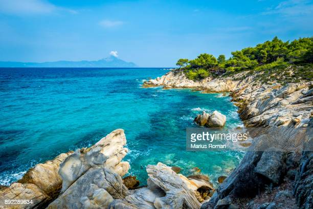 aegean sea coastline, near orange beach, with mount athos in the backgroud, sithonia peninsula, halkidiki, greece. - peninsula de grecia fotografías e imágenes de stock