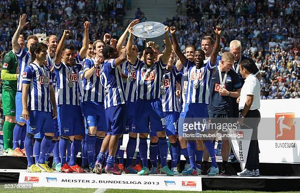 Aenis BenHatira vund die Mannschaft von Hertha BSC bejubeln die 2 Bundesliga Meisterschaft und den Aufstieg in die 1 Bundesliga mit der Meisterfelge...