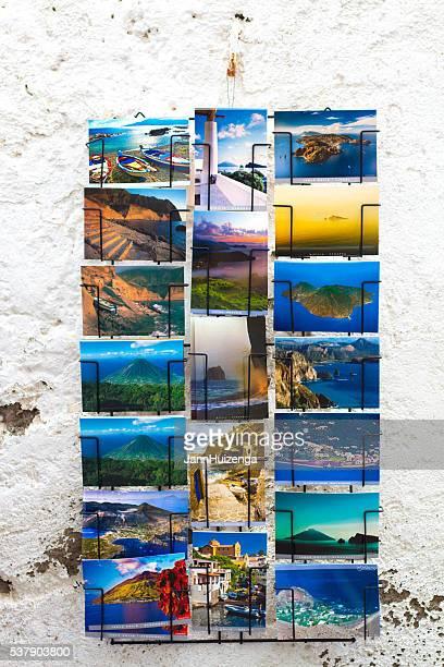 Äolische Inseln, Sizilien : Postkarten hängen alte weiße Mauer