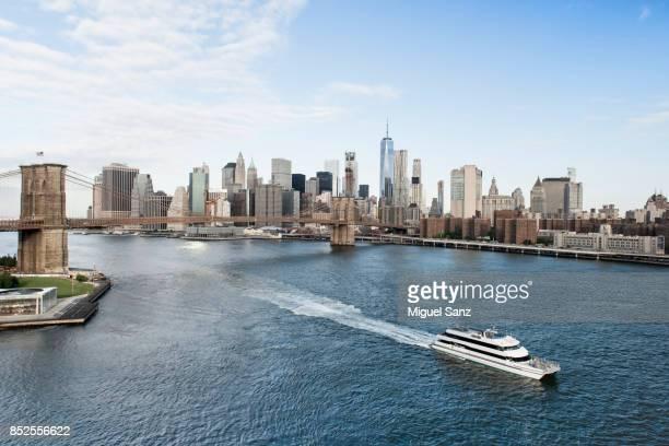 aereal view of new york city skyline and brooklyn bridge - puente de brooklyn fotografías e imágenes de stock