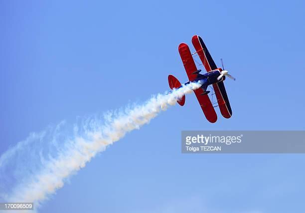 akrobatischen darbietungen stunt - doppeldecker flugzeug stock-fotos und bilder