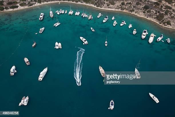 Luftaufnahme der ägäischen Küste mit Yachten in der Bucht