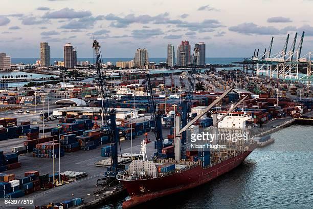 aerial cargo ship docked in miami florida - cantiere navale foto e immagini stock
