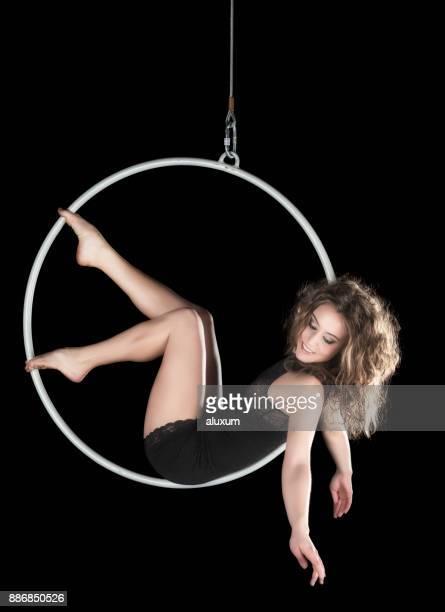 Aerial Tänzerin Performance mit ring