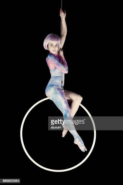 リングで空中のダンサーのパフォーマンス - 空中曲芸師 ストックフォトと画像