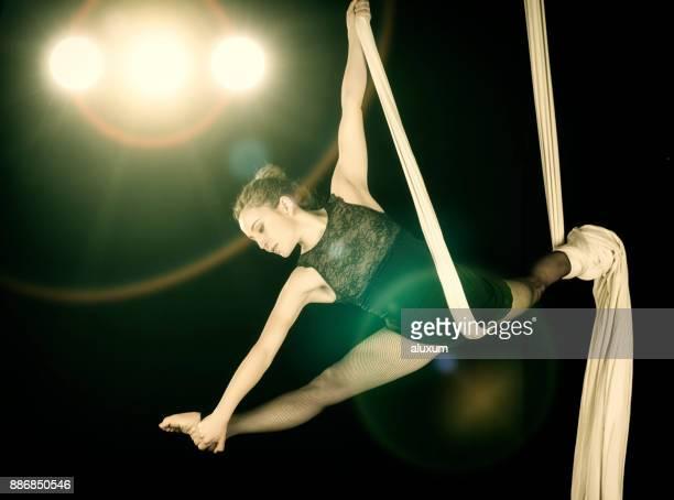 シルクと空中ダンサーのパフォーマンス - 空中曲芸師 ストックフォトと画像