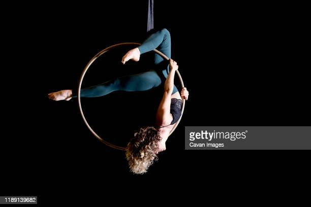 aerial dancing beauty - evento de entretenimento imagens e fotografias de stock