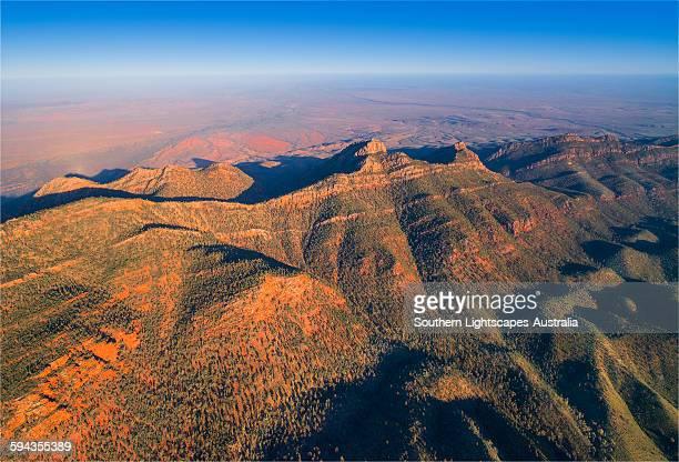 aerial dawn wilpena pound - südaustralien stock-fotos und bilder