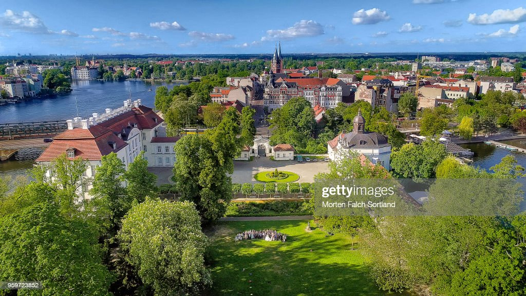 Aerial Drone Shot of a Wedding Party Standing in the Grounds of a Picturesque Building in Berlin, Germany Summertime : Stock-Foto
