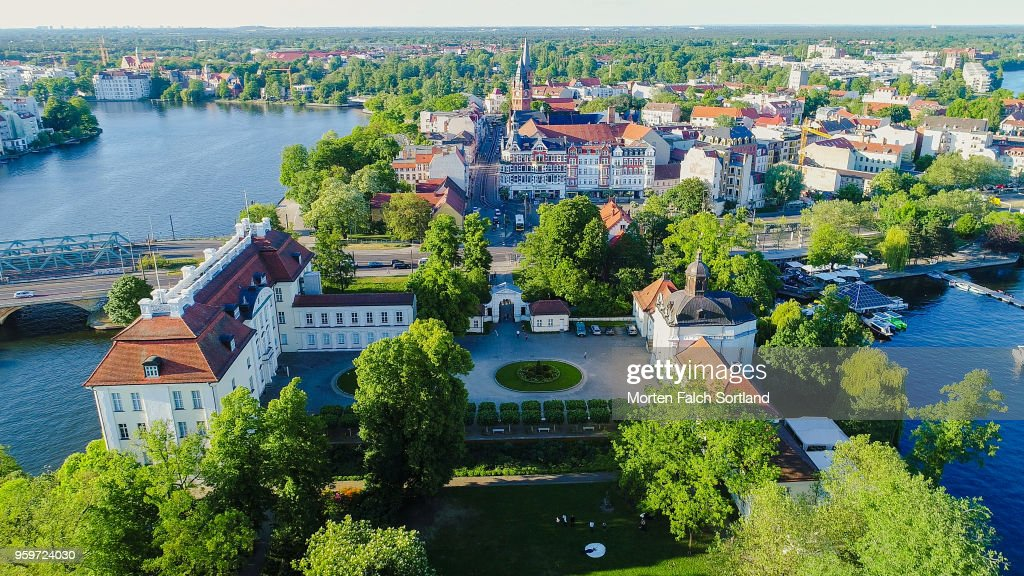 Aerial Drone Shot of a Wedding Party Standing in the Grounds of a Picturesque Building in Berlin, Germany Summertime : Foto stock