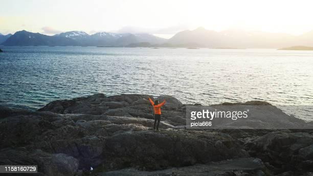 空中ドローンビュー:ノルウェーのロフォーテン諸島 - 干物 ストックフォトと画像