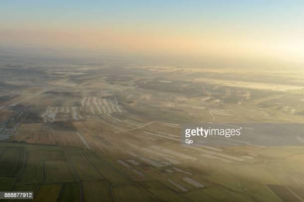 Luchtfoto 's morgens vroeg zicht op het natuurreservaat van de Weerribben-Wieden in Overijssel Nederland