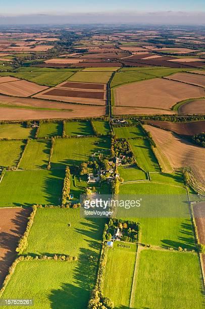 Vue aérienne de champs verts de terroirs ruraux Paysage en patchwork Cotswold country villages