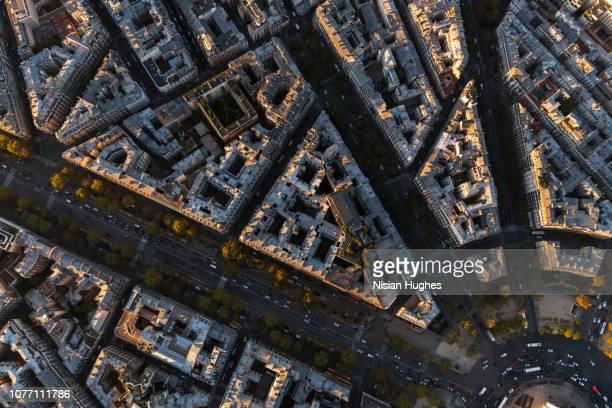 aerial flying over buildings looking directly down, paris france - inquadratura da un aereo foto e immagini stock