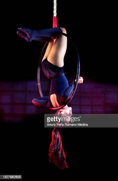 空中フープの女性 - 空中曲芸師 ストックフォトと画像