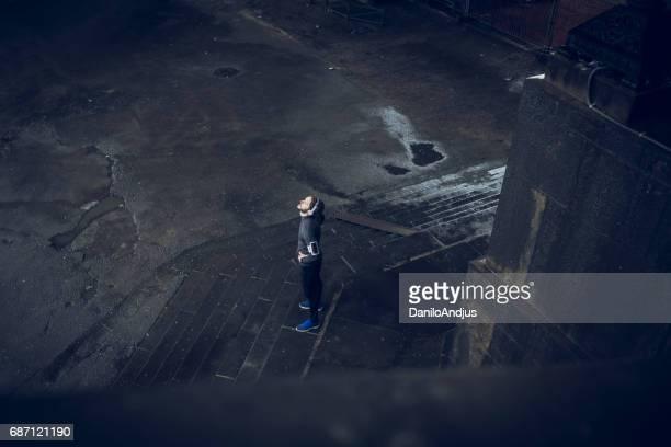 Luchtfoto beeld van een man rust na het lopen op een regenachtige dag