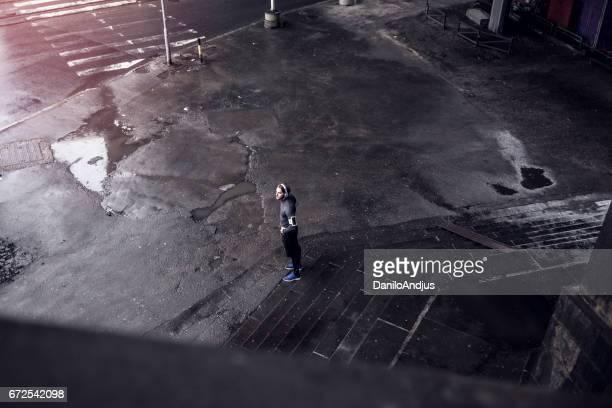 luchtfoto foto van een atletische man rust na training