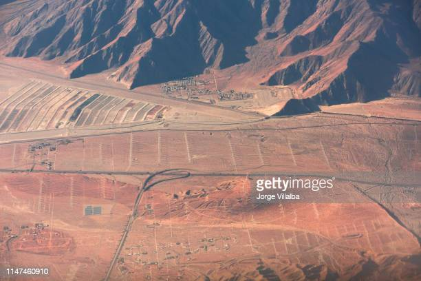 immagine aerea delle città da un aereo di mulini a vento palm springs - luogo d'interesse internazionale foto e immagini stock